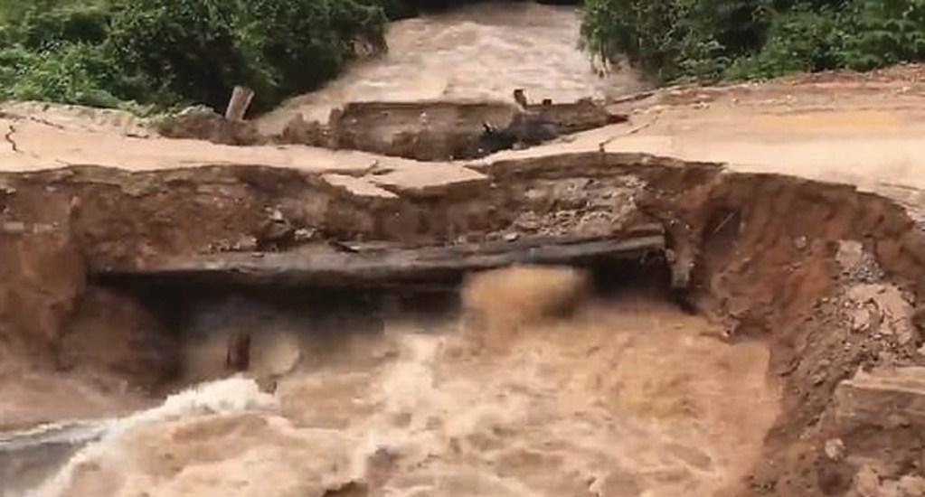 #Video Jóvenes caen y son arrastrados por río en Camboya - Captura de pantalla