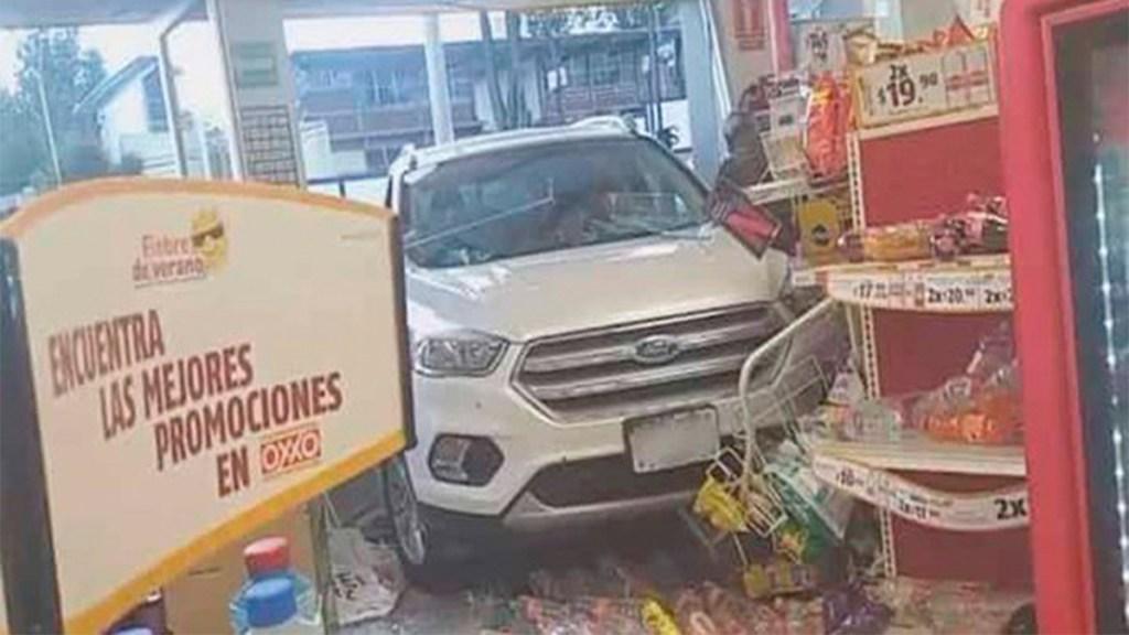Mujer ingresa con todo y camioneta en tienda en el Estado de México - camioneta tienda oxxo estado de méxico