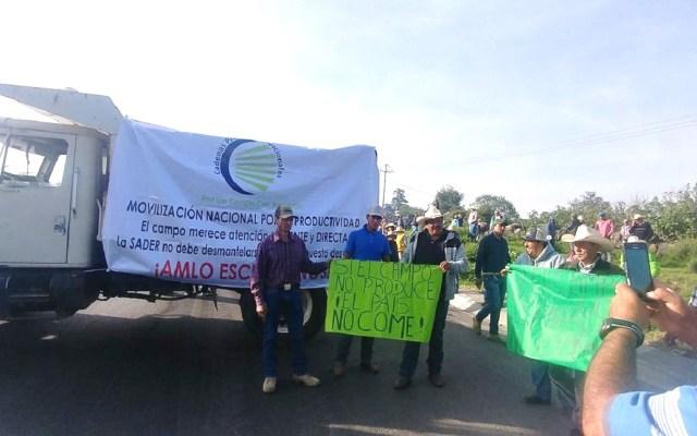 Campesinos cierran la autopista México-Querétaro - Campesinos bloquean la México-Querétaro. Foto de @jor_monve