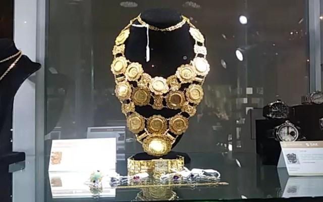 #Video Exhiben joyas a subastar en Los Pinos - Collar en exhibición de joyas que se subastarán en Los Pinos. Foto de @eugenio_zetina