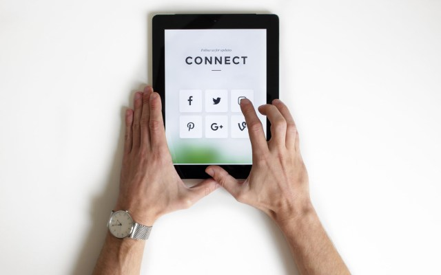 Configurar privacidad de redes sociales puede salvarte de algún delito - Uso de redes sociales. Foto de NordWood Themes / Unsplash