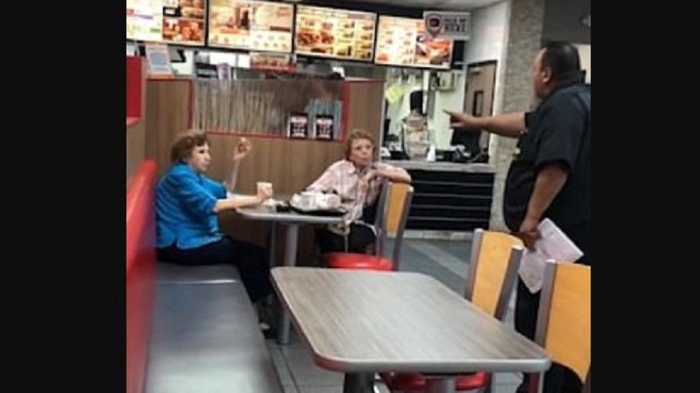 #Video Anciana reclama a gerente de restaurante por hablar español