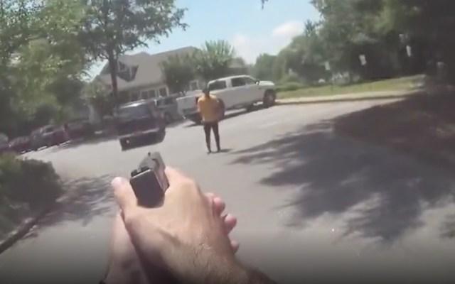 #Video Policías balean a hombre que amenazaba con un cuchillo - Captura de pantalla