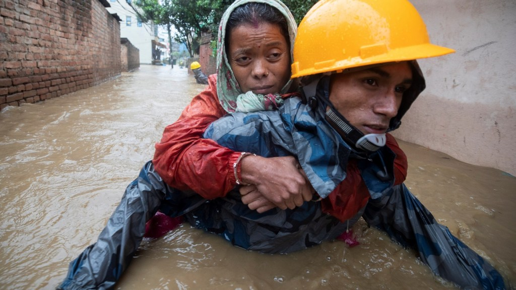 Inundaciones suman 200 muertos en India, Nepal y Bangladesh - Inundación en Nepal. Foto de EFE / EPA / Narendra Shrestha