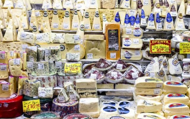Bajan precios de los alimentos a nivel mundial - Venta de quesos en Brasil. Foto de FAO