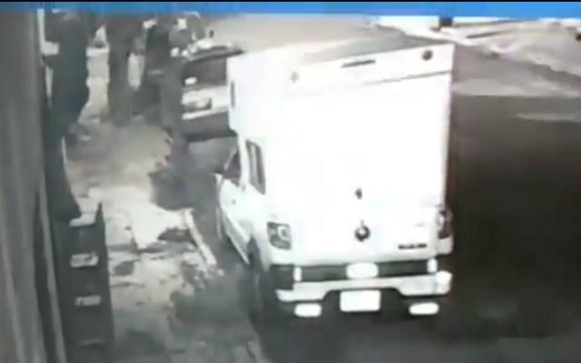 #Video Sujeto cae de escalera al intentar robar en casa de Iztacalco - Ladrón en lo alto de la escalera. Captura de pantalla