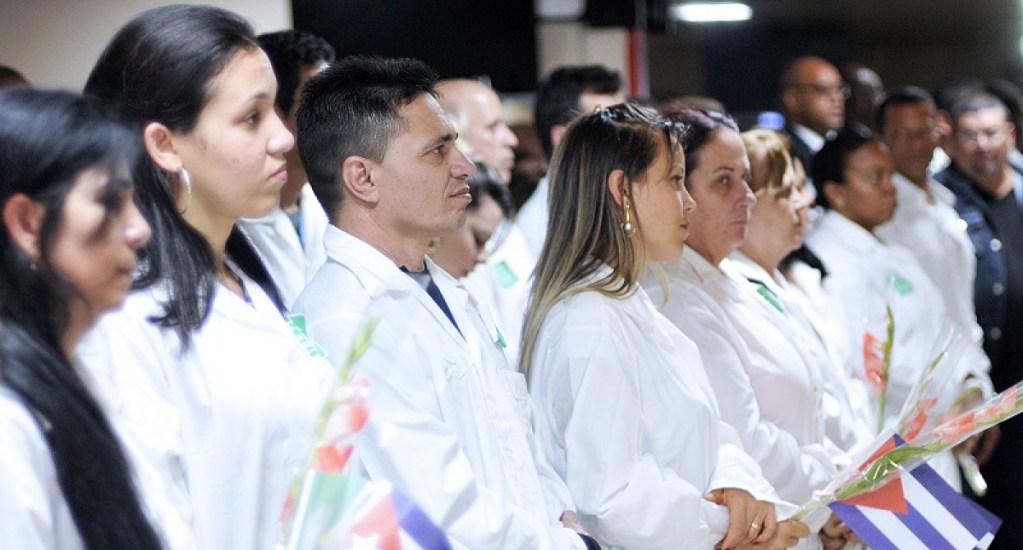 Desmienten que médicos cubanos vengan a México - Médicos Cubanos regresando a La Habana tras misión. Foto de EFE.