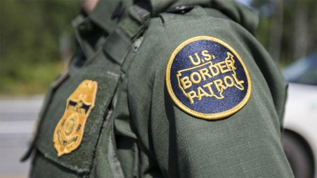 Agentes fronterizos humillan a migrante hondureño en Texas - migrante cartel humillado patrulla fronteriza