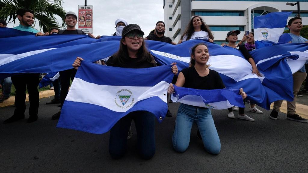 Denuncian que continúan detenciones arbitrarias contra opositores en Nicaragua - Manifestantes reaccionan a la intervención de la policía durante una protesta en Managua (Nicaragua). Foto de EFE/ Alberto González
