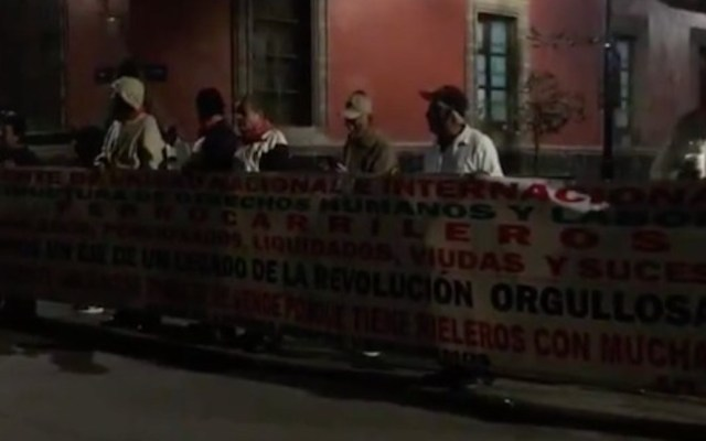 Ex trabajadores de Notimex vuelven a protestar en Palacio Nacional - Foto de El Heraldo de México.
