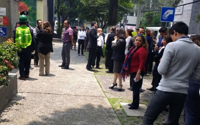 Ajustan a 2.2 magnitud de sismo en Ciudad de México - Oficinistas evacuaron inmuebles en Polanco. Foto de @AdictoaMexico