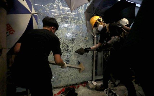 Manifestantes toman parlamento de Hong Kong con la intención de quedarse - Parlamento Hong Kong
