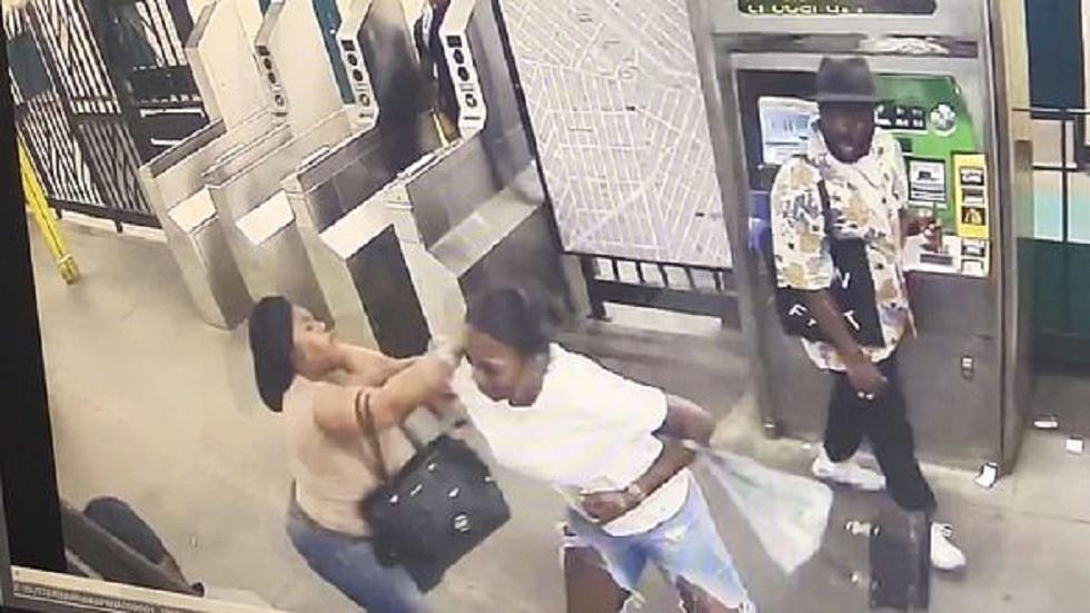 Captan momento en el que mujer es apuñalada en metro de NY