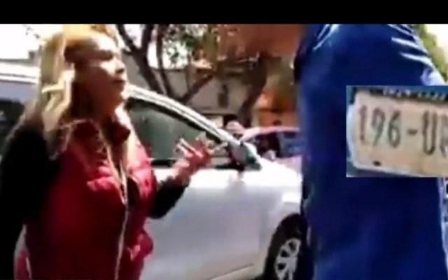 #Video Conductor agrede a mujer tras chocar su camioneta - Pelea entre conductor y mujer. Captura de pantalla