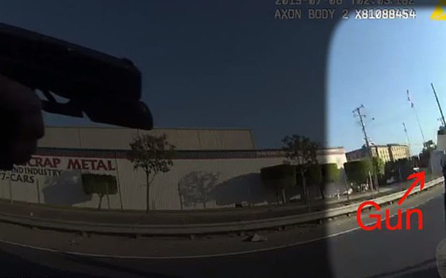#Video Oficial dispara tres veces a joven de 17 años en California - Policía apuntando a joven que portaba un arma. Foto de Fullerton PD