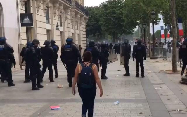 Festejos por Toma de la Bastilla dejan 152 detenidos en París - Policía francesa desplegada en calles de París por disturbios. Captura de pantalla / @CharlesBaudry