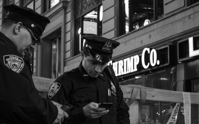Policías blancos en EE.UU. no matan a más sospechosos que los demás - Policías Nueva York Oficiales Estados Unidos