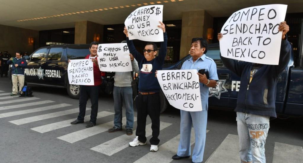 Abogado solicita repatriación a México de 'El Chapo' - Protesta del abogado del 'Chapo' en México en la SRE. Foto de Laura Lovera / El Sol de México