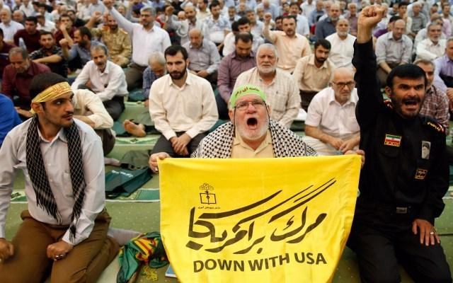 Iraníes protestan contra EE.UU. durante oraciones del viernes - Un hombre iraní sostiene un cartel antiestadounidense y grita consignas durante las oraciones del viernes en la mezquita Imam Jomeini en Teherán, Irán. El conflicto obedece a que EE.UU. derribó presuntos drones de Irán en el estrecho de Ormuz. Foto de EFE/EPA/ABEDIN