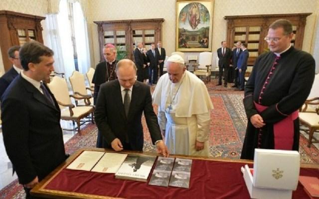 Conversación de Putin y el papa Francisco duró casi una hora - Putin dando regalos al papa. Foto de Vatican Media