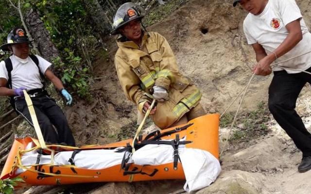 Turista francesa muere al resbalar de mirador en Guatemala - Rescate del cuerpo de la turista francesa. Foto de Emisoras Unidas