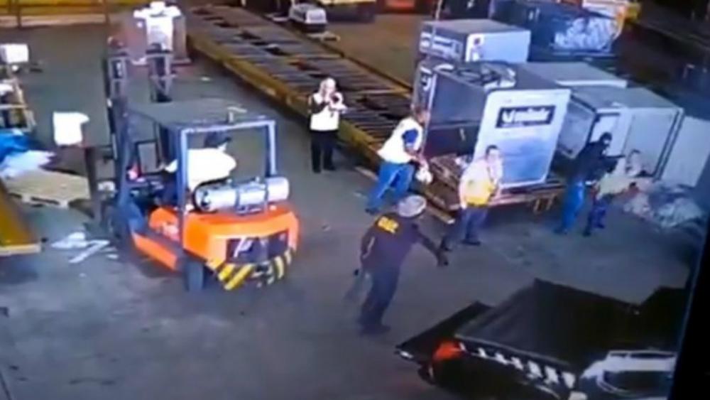 Con disfraz de policías roban 700 kilos de oro en Brasil
