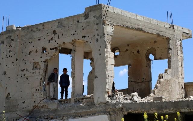 Muere niña de cinco años en Siria tras salvar a su hermana - Niños en un edificio derruido de Siria. Foto de EFE/EPA/AHMED MARDNLI/Archivo