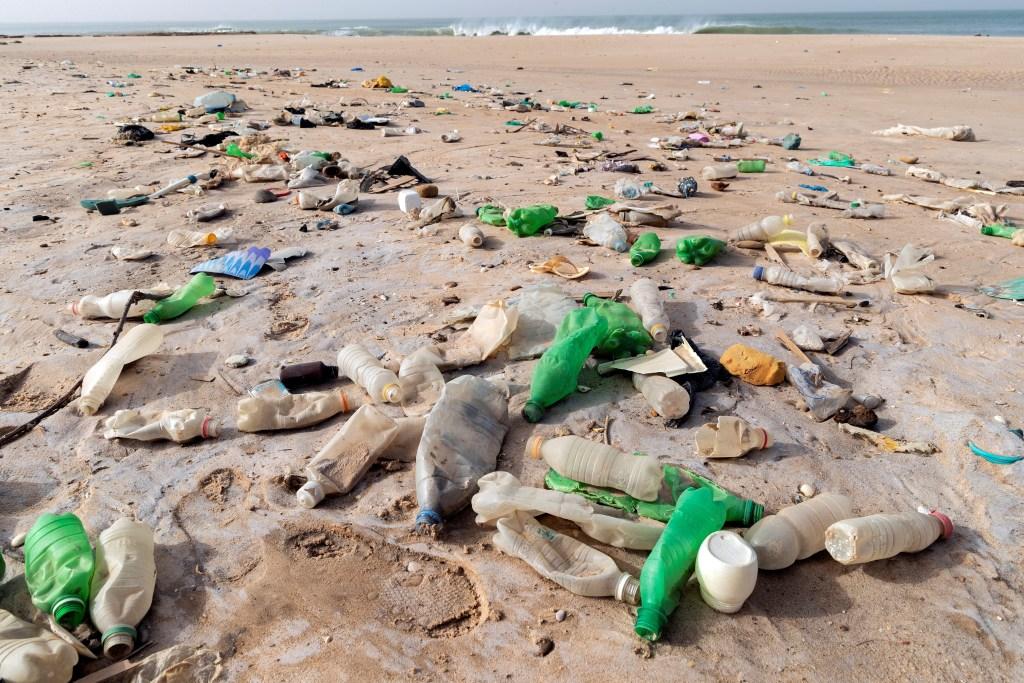 Nano imanes de carbono descomponen los microplásticos que contaminan el agua - Más del 80 % de la basura que va a dar a los océanos se genera en tierra y uno de los contribuyentes mayores en esta contaminación es el plástico. EFE/Archivo