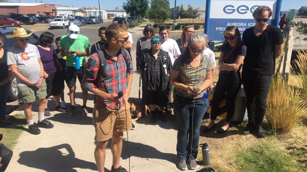 Denuncian desatención médica de migrantes indocumentados en cárcel privada - Activistas de la Coalición Santuario de Metro Denver afuera de cárcel privada de Colorado. Foto de @KatieEastman