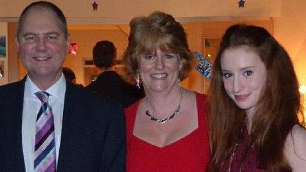 Alana con sus padres. Foto de Daily Mail