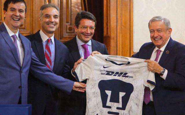 Regala DHL a López Obrador una camiseta autografiada de los Pumas - dhl puma