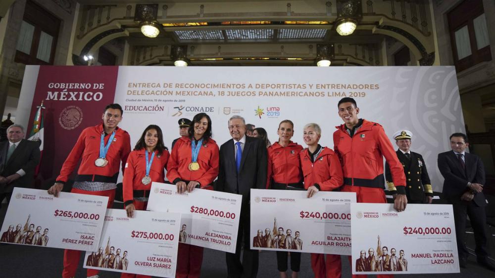 No queremos colgarnos ninguna medalla: AMLO a deportistas de Lima 2019 - Foto de Notimex