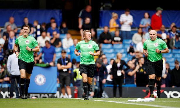 Accidente de auto obliga a cambiar de árbitro en partido de la Premier League - árbitro sustituido accidente automovilístico premier league