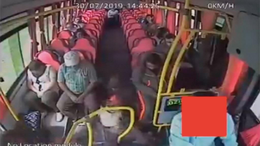 #Video Asaltante golpea a conductor de autobús por hacerlo caer - asaltante delincuente chofer autobús caída
