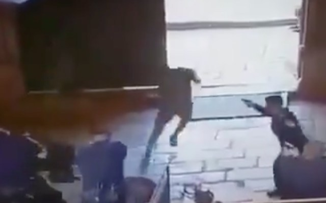 #Video Jóvenes apuñalan a policía y son abatidos en Jerusalén - Captura de pantalla