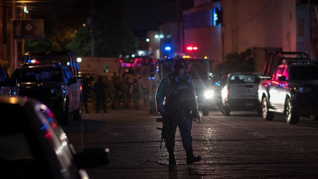 Responsables de ataque a bar se habrían ocultado en casa de seguridad - Autoridades vigilan las calles de Coatzacoalcos a raíz de la masacre en un bar. Foto de EFE