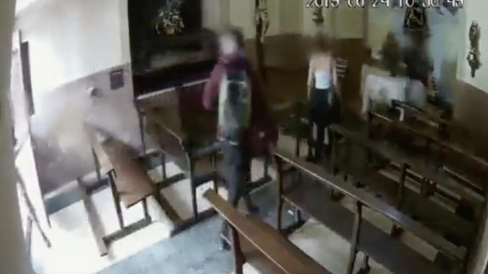 #Video Jóvenes roban imagen de un Cristo en Barcelona - Captura de pantalla