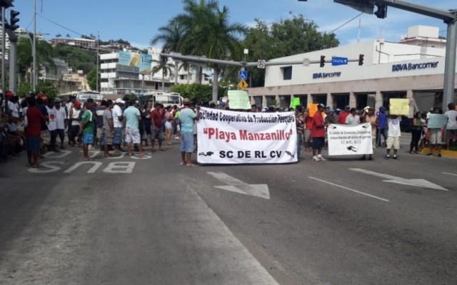 Buzos y pescadores cierran Costera de Acapulco para exigir pagos - Foto de Quadratín