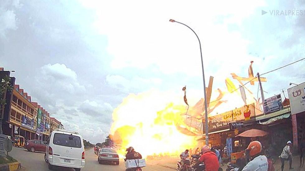 #Video Explosión de gasolinera clandestina deja 13 heridos en Camboya - Captura de pantalla
