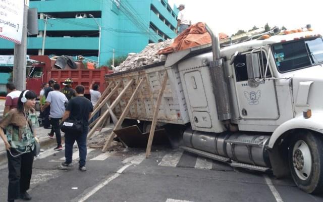 Camión cae a socavón en la Narvarte Poniente - Foto de Hermes Vial