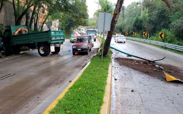 Camión choca y derriba poste de luz en la carretera Xalapa-Coatepec - camión poste de luz carretera xalapa-coatepec