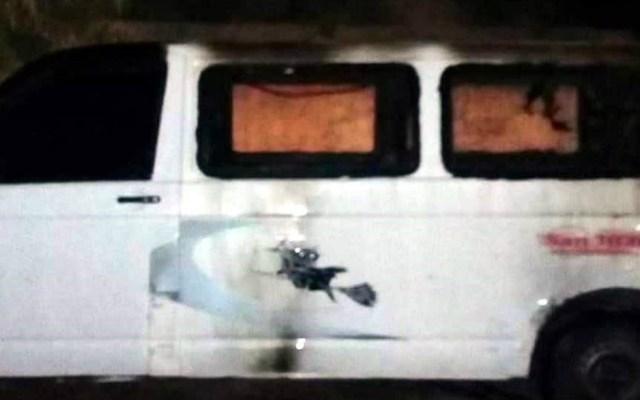 Presuntos delincuentes queman combi en Edomex - Foto de @VZumpanguense