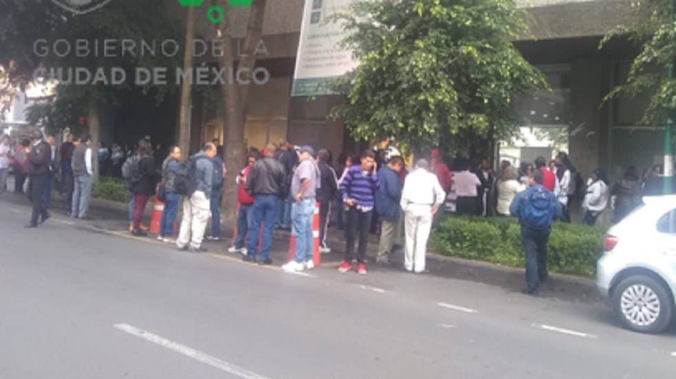 Vecinos de Tlanepantla se manifiestan en el Zócalo capitalino - Concentración de manifestantes para marchar al Zócalo. Foto de @OVIALCDMX