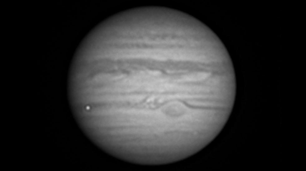 #Video Captan destello de un 'impacto' en Júpiter - Destello de posible 'impacto' en Júpiter. Foto de @ChappelAstro