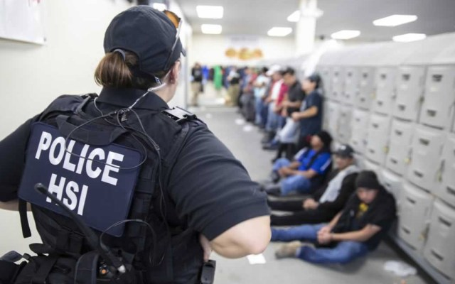 Estados Unidos defiende redadas en Mississippi - Detenidos durante redadas en instalaciones de ICE. Foto de EFE / Homeland Security