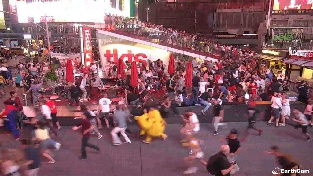 #Video Estampida en Times Square al confundir ruido de motos con tiroteo - estampida times square motocicletas