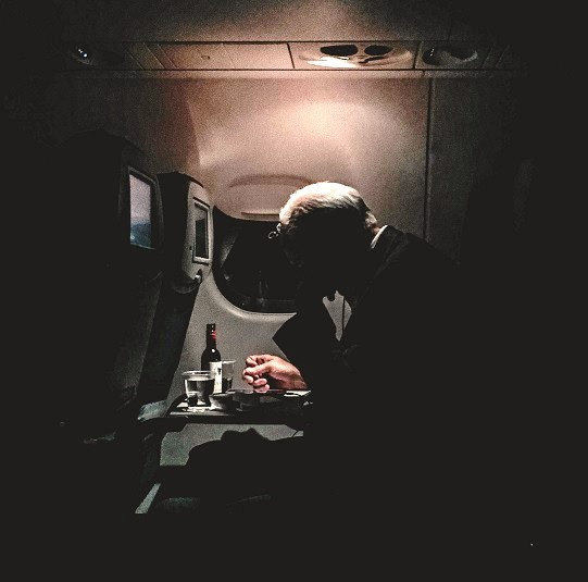 Hombre bebe alcohol durante vuelo. Foto de David Tran / Unsplash