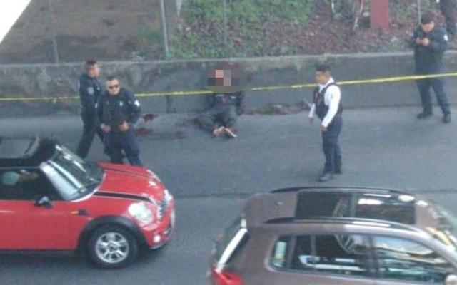 Linchan a presunto asaltante de transporte público en Avenida Central - Hombre muerto sobre la Avenida Central. Foto de @ciemergencias
