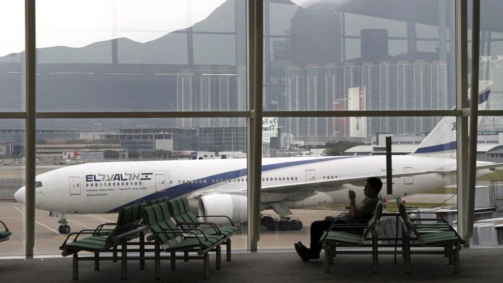 Hong Kong amanece con más de 300 vuelos cancelados - Hong Kong aeropuerto manifestantes