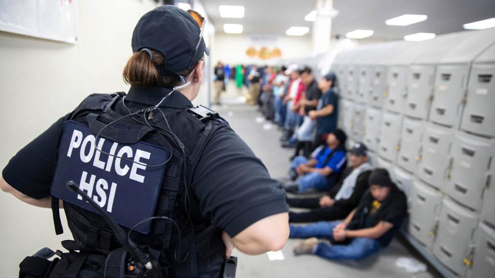 ICE entrevista a migrantes detenidos en Mississippi para determinar quiénes pueden ser liberados - ICE HSI agentes migrantes